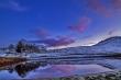 Acqua, neve e cielo con riflessi.